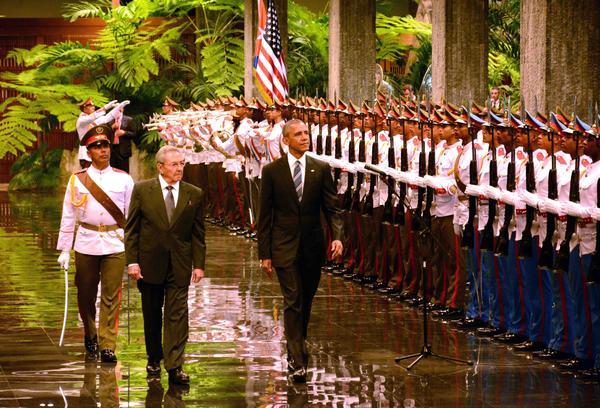 El General de Ejército Raúl Castro Ruz (C izq.), Presidente de los Consejos de Estado y de Ministros, y Barak Obama (C der.), Presidente de los Estados Unidos de América, durante la ceremonia de recibimiento oficial al mandatario estadounidense en el Palacio de la Revolución, en La Habana, Cuba, el 21 de marzo de 2016. ACN FOTO/Rodolfo BLANCO CUÉ.