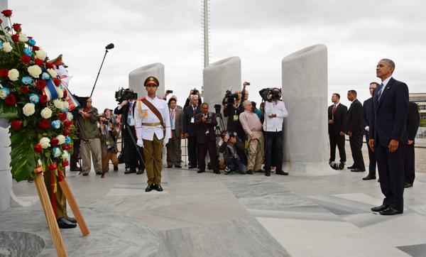 El presidente norteamericano Barack Obama, rinde tributo a José Martí, en el Memorial al Héroe Nacional de Cuba, en La Habana, el 21 de marzo de 2016. ACN FOTO/Rodolfo BLANCO CUE.