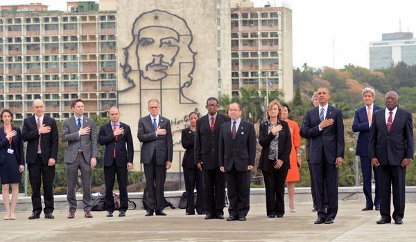 El presidente norteamericano Barack Obama (segundo de la der.), acompañado de Salvador Valdes Mesa (D), vicepresidente cubano del Consejo de Estado, en la ceremonia de homenaje a José Martí, en el Memorial al Héroe Nacional de Cuba, en La Habana, el 21 de marzo de 2016. ACN FOTO/Rodolfo BLANCO CUE
