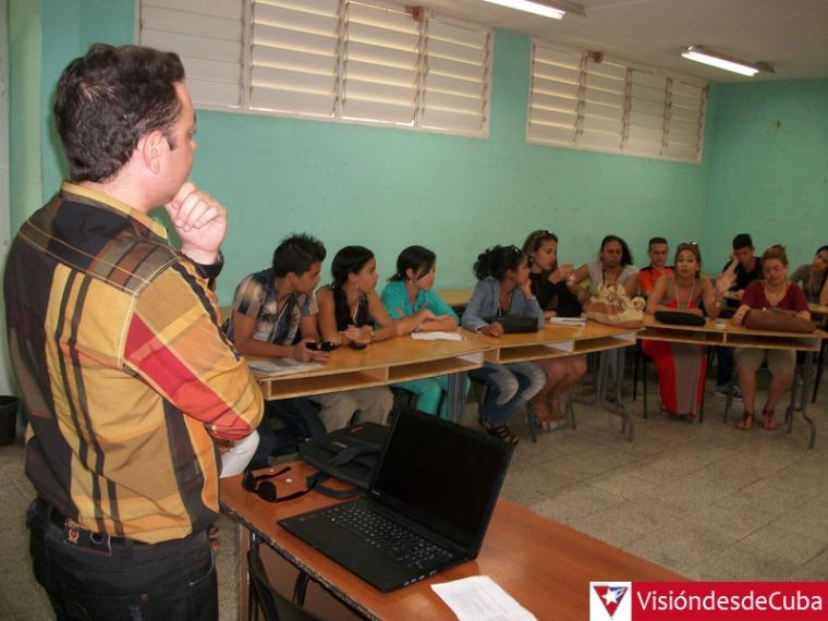 Yordanis Rodríguez, destacado periodista holguinero, conduce los debates en una de las comisiones del Simposio Nacional de Periodismo Apunto que sesiona en la Universidad de Holguín. VDC FOTO/Luis Ernesto Ruiz Martínez.