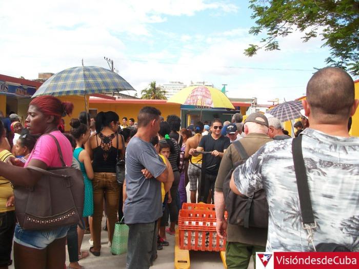 En las afueras del Mercado Garayalde se venden productos de alta demanda en la población y en cuyas colas se requieren, en ocasiones, la intervención de las autoridades del orden. VDC FOTO/Luis Ernesto Ruiz Martínez.