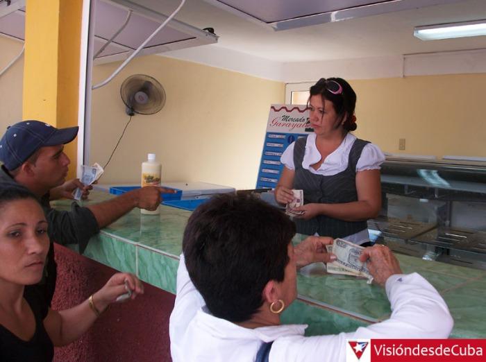 El departamento de productos lácteos es uno de los más visitados en cada jornada del Mercado Garayalde de la ciudad de Holguín. VDC FOTO/Luis Ernesto Ruiz Martínez.