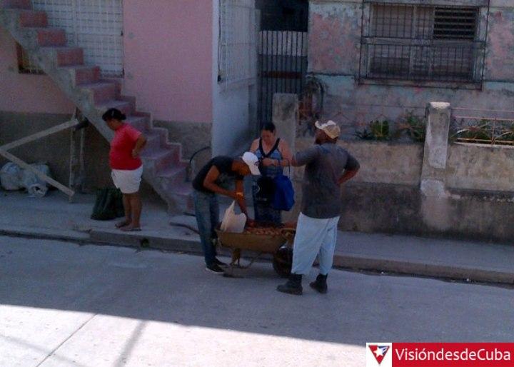 Papas en las calles de Holguín. Foto: Luis Ernesto.