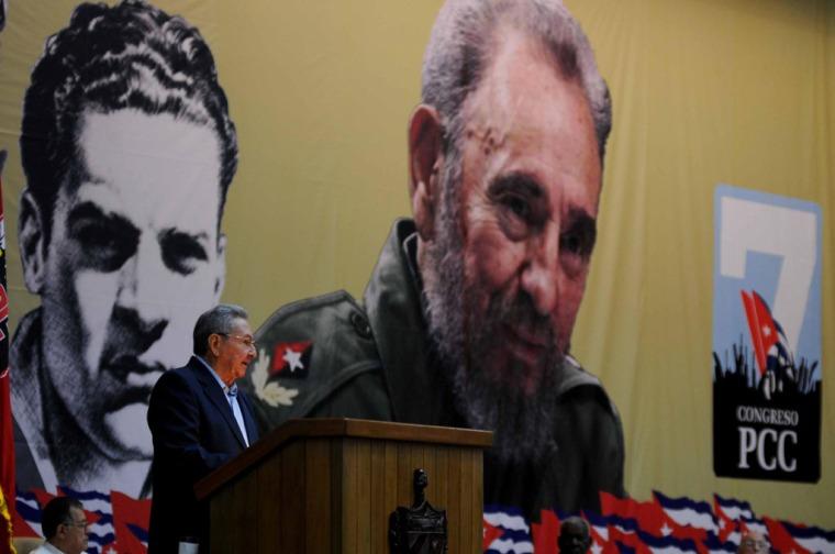 El General de Ejército Raúl Castro Ruz, Primer Secretario del Comité Central del Partido Comunista de Cuba (CC PCC), y Presidente de los Consejos de Estado y de Ministros (CEM), da lectura al Informe Central del Séptimo Congreso del PCC, en el Palacio de Convenciones de La Habana, el 16 de abril de 2016. ACN FOTO/ Omara GARCÍA MEDEROS.