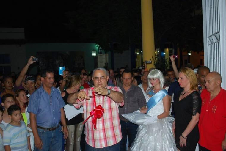 Autoridades de la provincia cortan la cinta que deja inaugurado el Complejo Cultural-Comercial Plaza de la Marqueta en Holguín. Foto: Carlos Parra Zaldívar.