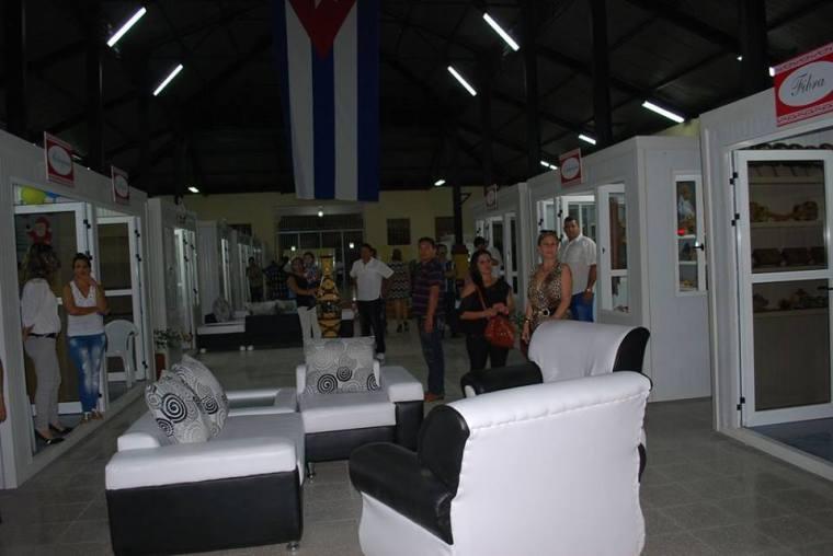 Visiones del interior del Complejo Cultural-Comercial Plaza de la Marqueta en Holguín. Foto: Carlos Parra Zaldívar.