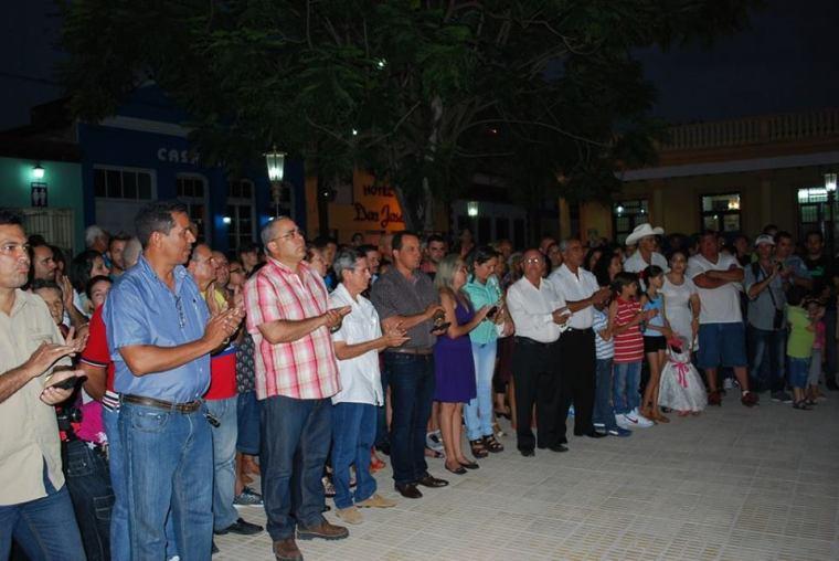 Autoridades de la provincia acompañaron a holguineros y holguineras durante la apertura del Complejo Cultural-Comercial Plaza de la Marqueta en Holguín. Foto: Carlos Parra Zaldívar.