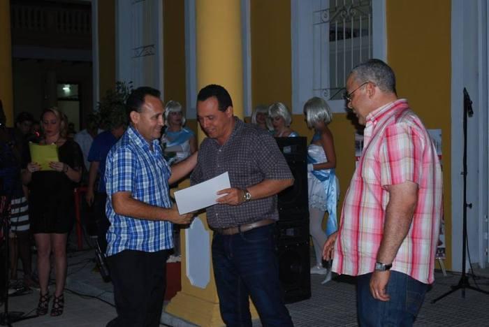 Reconocimiento a los que hicieron posible la terminación del Complejo Cultural-Comercial Plaza de la Marqueta en Holguín. Foto: Carlos Parra Zaldívar.