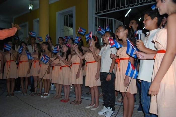 Artistas holguineros actuaron en la apertura del Complejo Cultural-Comercial Plaza de la Marqueta en Holguín. Foto: Carlos Parra Zaldívar.
