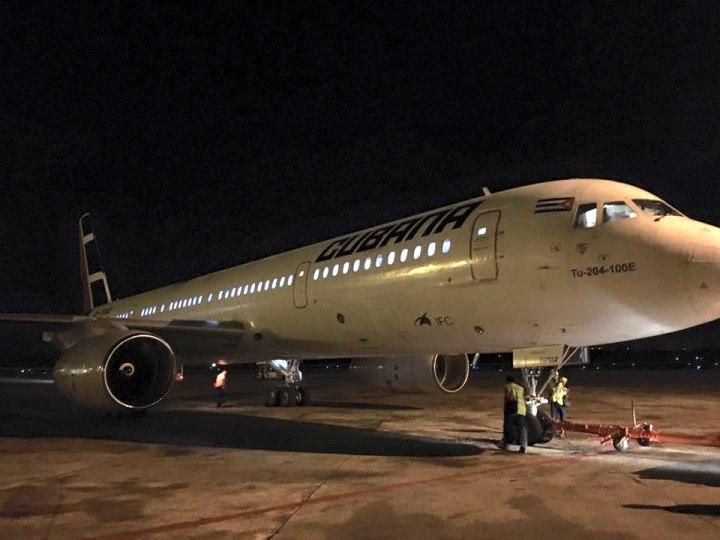 Avión que trasladó a la Brigada Cubana. Foto compartida por Soraya Encalada en su cuenta de Facebook.
