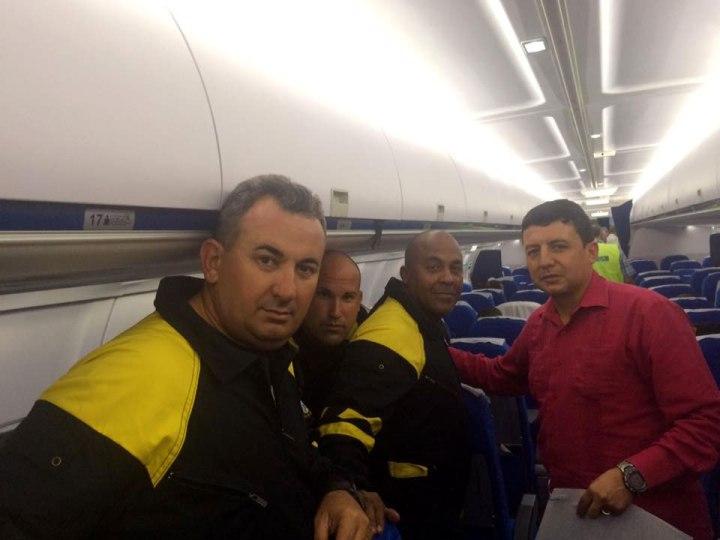 Brigada cubana minutos antes de salir rumbo a Ecuador. Fotos publicadas por Fabián Solano, Embajador de Ecuador en Cuba.