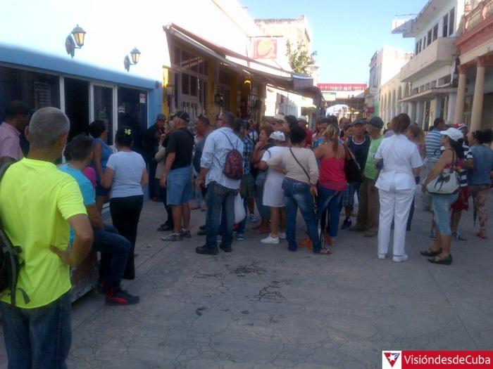 Amplia concurrencia a oficina de CADECA en Holguín ante rumor de modificaciones en tasa de cambio del CUC. Viernes 29 de abril de 2016 a las 5 de la tarde. VDC FOTO/Luis Ernesto Ruiz Martínez.