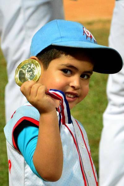 ¡Papá, el oro es mío! Foto: Osvaldo Gutiérrez Gómez/ACN.