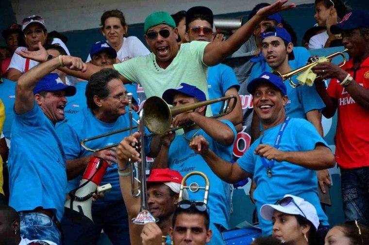 El público disfrutando la victoria. Foto: Osvaldo Gutiérrez Gómez/ACN.