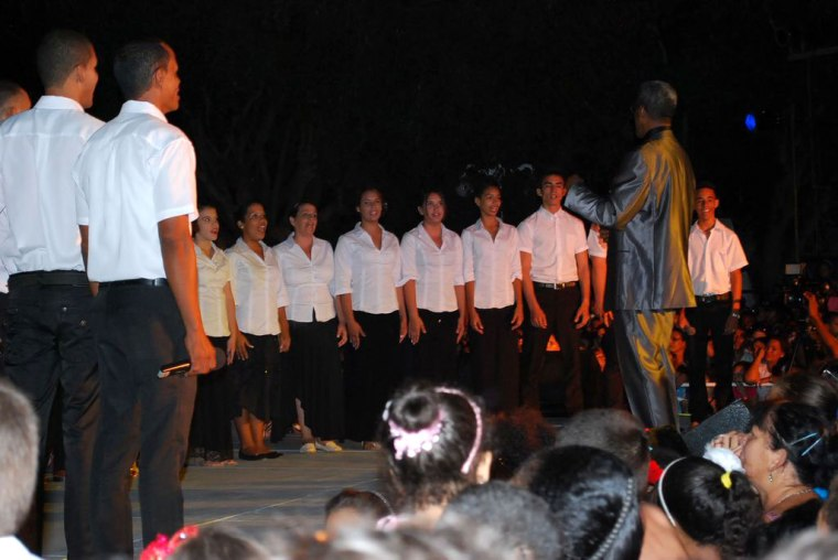 Con este coro comenzó el Concierto de Lidis Lamorú. Foto tomada por el niño Carlos Raúl Parra León, en hombros de su padre.