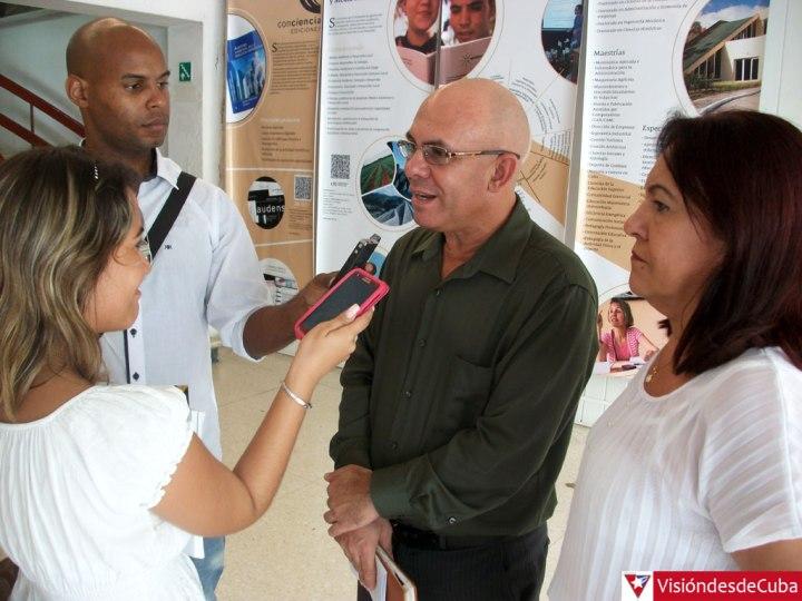 El Dr. C. Reynaldo Velázquez Zaldívar, Rector de la Universidad de Holguín, ofrece declaraciones a la prensa. Foto: Luis Ernesto.