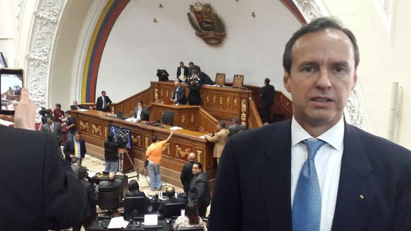 El expresidente Jorge Tuto Quiroga en la Asamblea Nacional de Venezuela. Foto tomada de twitter.