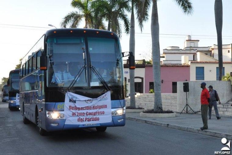 Uno de los ómnibus que transporta a la delegación holguinera al 7 Congreso del PCC. Foto: Reynaldo Emilio López Peña/Periódico26.