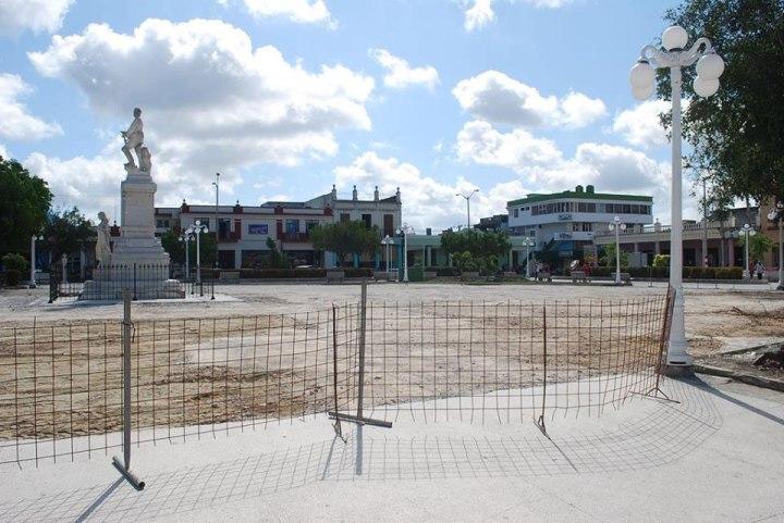Reparaciones en el Parque Calixto García de Holguín. Foto: Carlos Parra Zaldívar.