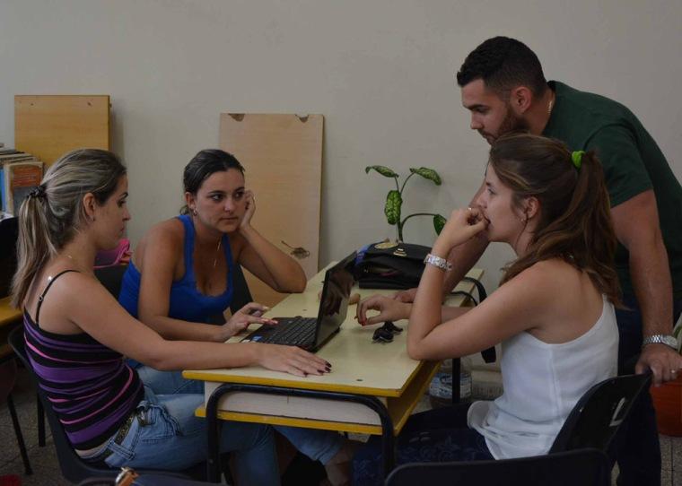 Elián González con sus compañeros de aula que trabajan en los toques finales de la tesis para graduarse como Ingenieros Industriales en la Universidad de Matanzas, Cuba, el 12 de mayo de 2016. ACN FOTO/Bárbara VASALLO VASALLO.