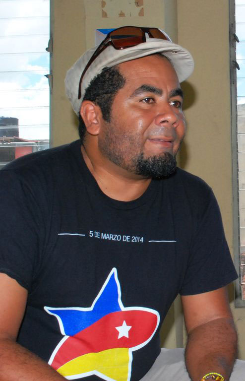 El fotógrafo venezolano Joel Ochoa ofrece declaraciones a la periodista Mariela Fernández. Foto: Carlos Parra Zaldívar.