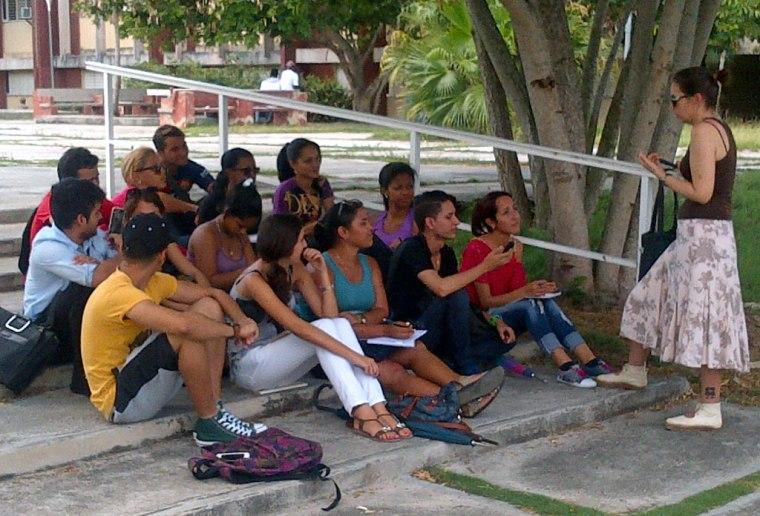 Una joven profesora comparte con sus estudiantes en uno de los espacios de la Universidad de Holguín: Foto: Luis Ernesto.