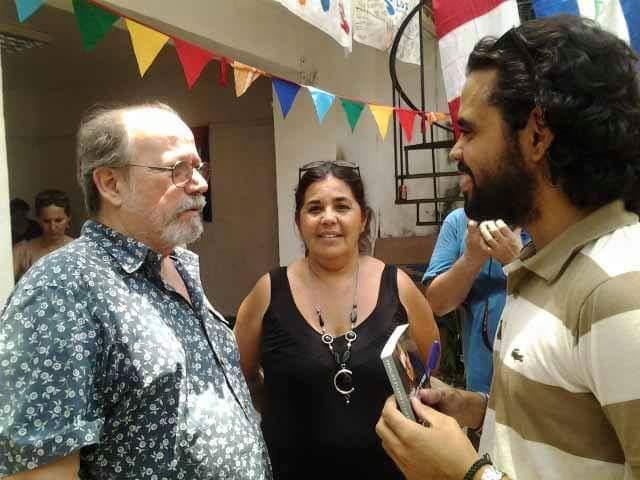 Silvio Rodríguez, con Bárbara Vasallo y Rey Montalvo el 9 de mayo de 2015, celebrando en el Patio de las Yagrumas del Centro Cultural Pablo de la Torriente Brau, en La Habana Vieja, el quinto aniversario del blog.