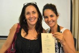 La Dr. Mariela Castro Espín (I), Directora del Centro Nacional de Educación Sexual (CENESEX), entrega reconocimiento a la fotorreportera Heidi Calderón (D), durante la clausura de la III Jornada Cubana Maternidad y Paternidad, en La Habana, Cuba, el 17 de junio de 2016. ACN FOTO/ Juan Pablo CARRERAS/ rrcc