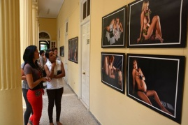 Público asistente a la inauguración de la exposición fotográfica Alumbrarte, de la fotorreportera Heidi Calderón,abierta al público en la sede del Centro Nacional de Educación Sexual (CENESEX), como parte de la clausura de la 3era Jornada Cubana Maternidad y Paternidad, en La Habana, el 17 de junio de 2016. ACN FOTO/Juan Pablo CARRERAS
