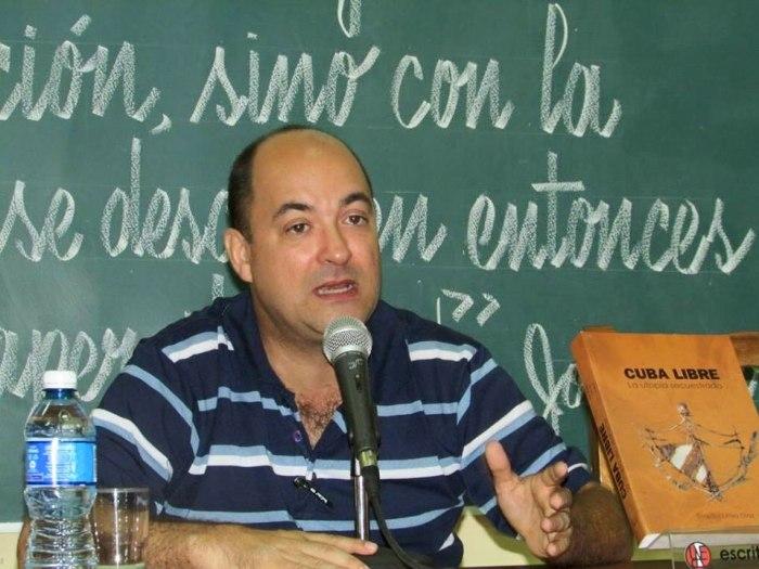 """Ernesto Limia Díaz presentó su libro """"Cuba libre: La utopía secuestrada"""" en la Universidad de Holguín. Fotos: Francisco Rojas González."""