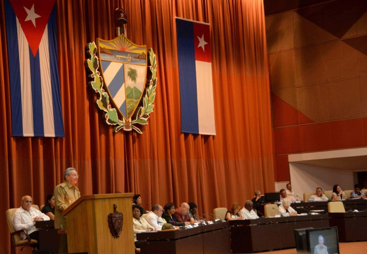 uz (podio), Primer Secretario del Comité Central del Partido Comunista de Cuba  (PCC) y Presidente de los Consejos de Estado y de Ministros, clausura el VII Periodo Ordinario de Sesiones de la Octava Legislatura de la Asamblea Nacional del Poder Popular, en el Palacio de Convenciones de La Habana, Cuba, el 8 de julio de 2016. ACN FOTO/Marcelino VÁZQUEZ HERNÁNDEZ.