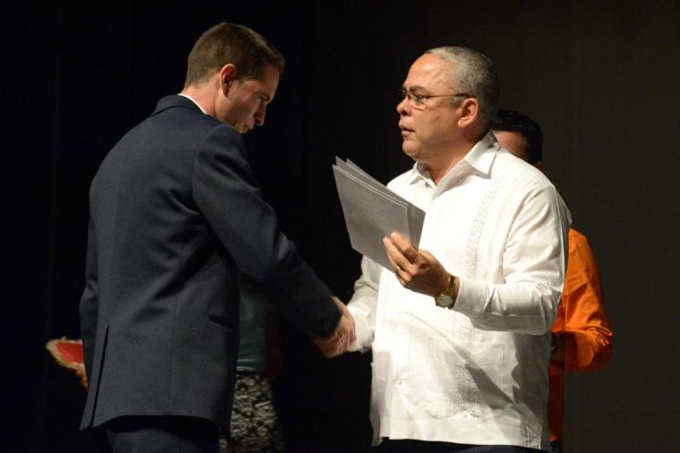 Luis Antonio Torres Iríbar (D), Primer Secretario del Comité Provincial del Partido Comunista de Cuba (PCC), entrega estímulos y reconocimientos a los mejores egresados, durante el acto de graduación de la Universidad de Holguín, efectuado en el Teatro Eddy Suñol de la capital provincial, en Cuba, el 19 de julio de 2016. ACN FOTO/ Juan Pablo CARRERAS.