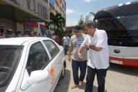 Luis Antonio Torres Iríbar (C), primer secretario del Comité Provincial del Partido Comunista de Cuba (PCC) en Holguín, junto al Doctor Bernardo Enrique Fernández Chelala (D), se dirigen hacia el automóvil obsequiado gratuitamente, en el Hospital Vladimir Ilich Lenin, de la ciudad de Holguín, Cuba, el 23 de julio de 2016. ACN FOTO/Juan Pablo CARRERAS/ogm