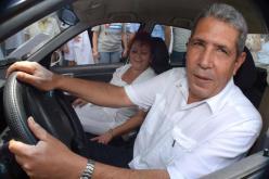 El Doctor Bernardo Enrique Fernández Chelala, en el automóvil obsequiado gratuitamente, en el Hospital Vladimir Ilich Lenin, de la ciudad de Holguín, Cuba, el 23 de julio de 2016. ACN FOTO/Juan Pablo CARRERAS/ogm