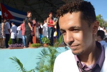 """El estudiante yemenita Aylool Saeed Abdulaziz Al-Kad, recibe el reconocimiento como mejor egresado extranjero, durante acto de graduación de profesionales de la salud, de la Facultad de Ciencias Médicas """"Mariana Grajales Cuello"""", efectuado en el Centro Cultural Bariay, en la ciudad de Holguín, Cuba, el 15 de julio de 2016. Foto: Heidi Calderón."""