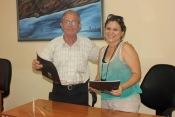 Momento final de la firma del Contrato de prestación de servicios de la Agencia Cubana de Noticias a la Universidad de Holguín. Efectuada el 7 de julio de 2016 en la Sede Celia Sánchez Manduley. UHO FOTO/Torralbas.