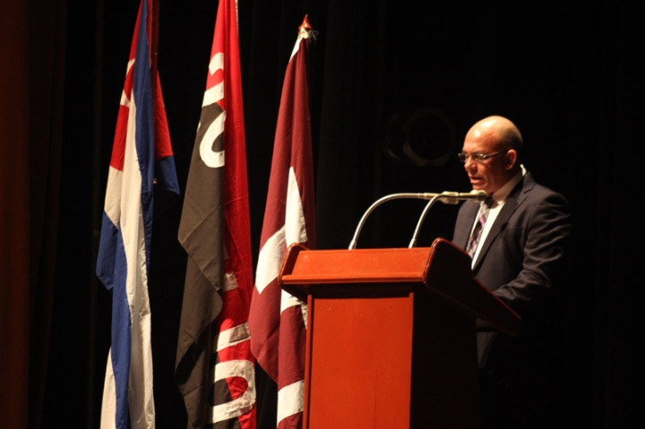 El Dr.C. Reynaldo Velázquez Zaldívar, Rector, interviene en el acto de Graduación de la Universidad de Holguín. Foto: Torralbas.