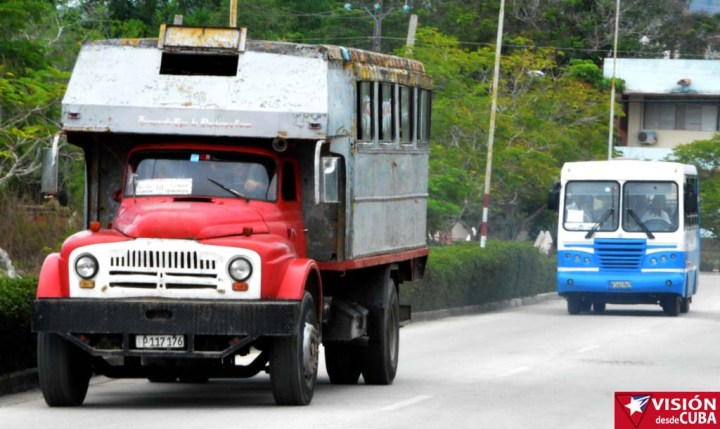 Entre camiones y ómnibus Diana se mueven los holguineros de un punto a otro de la ciudad. VDC FOTO/Luis Ernesto Ruiz Martínez.