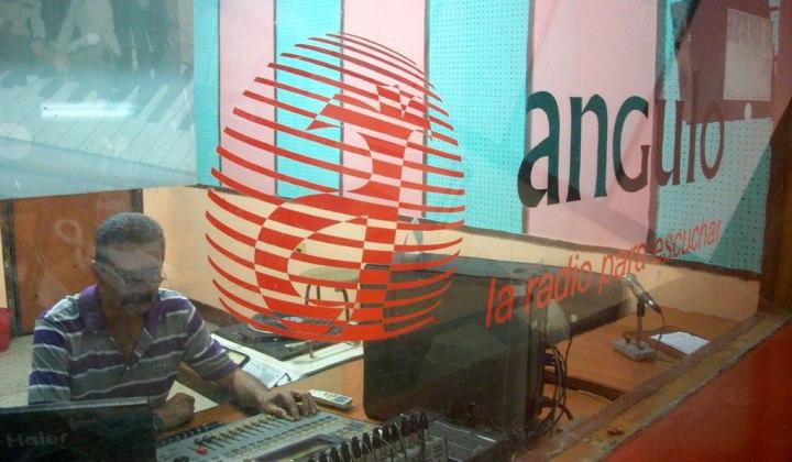 El estudio de grabaciones en una de mis visitas a Radio Angulo. Foto: archivo VDC.