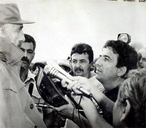 Fidel con la prensa holguinera en el recorrido de los días 6 y 7 de mayo 1996.