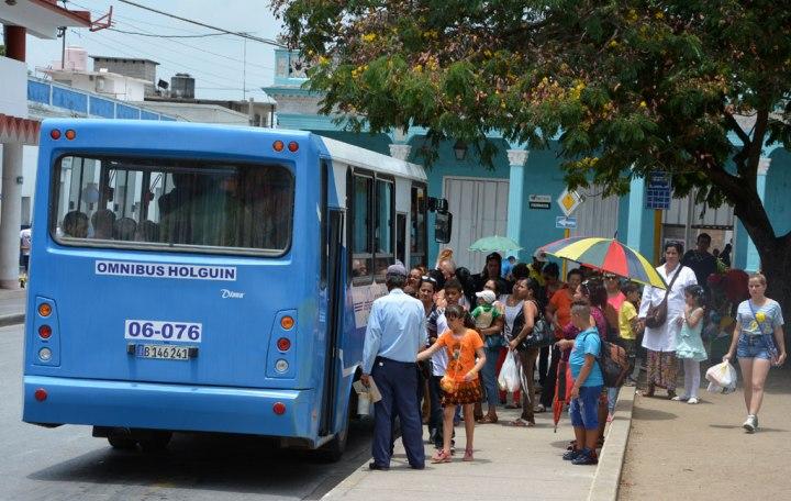 El transporte en Holguín baja el precio de los ómnibus que cubren rutas dentro de la ciudad. VDC Foto/Luis Ernesto Ruiz Martínez.
