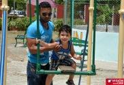 Padre e hijo disfrutan la visita al Parque Infantil Rubén Bravo de la ciudad de Holguín. VDC FOTO/Luis Ernesto Ruiz Martínez.