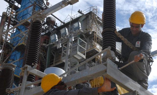 Trabajadores eléctricos en plena actividad. Foto: Agustín Borrego Torres/Trabajadores.