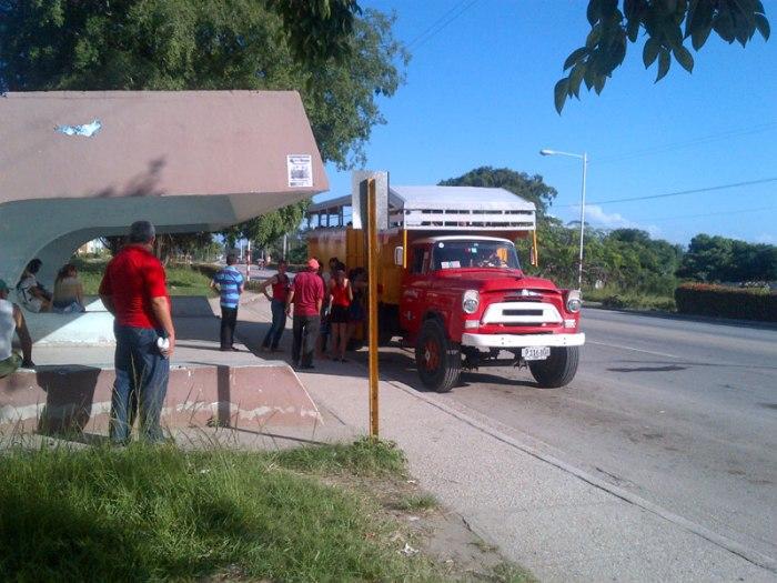 Son varias las preocupaciones sobre los precios del transporte público que brindan a la población transportistas del sector privado en Holguín. Foto: archivo Visión desde Cuba.