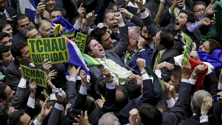 Foto publicada por El País, de España, muestra la eufórica reacción de congresistas brasileños durante el proceso a Dilma.
