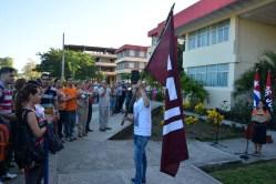 Luis Angel Acosta López muestra la bandera de la FEU que acompañará a los miembros del Destacamento Oscar Lucero. Acto efectuado el jueves 15 de septiembre de 2016. UHO FOTO/Luis Ernesto Ruiz Martínez.