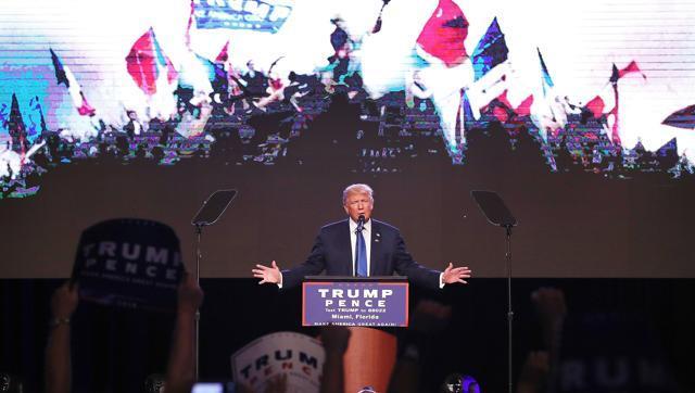 El candidato republicano a la presidencia Donald Trump habla a sus seguidores en el James L Knight Center de Miami. Foto: AFP.