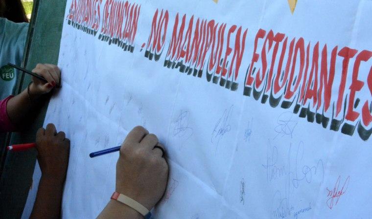 Los estudiantes de la Universidad de Holguín, organizados en la Federación Estudiantil Universitaria, se unen para reclamar que respeten al pueblo cubano. Desarrollado en la sede José de la Luz y Caballero el 27 de septiembre de 2016. Foto/Luis Ernesto Ruiz Martínez