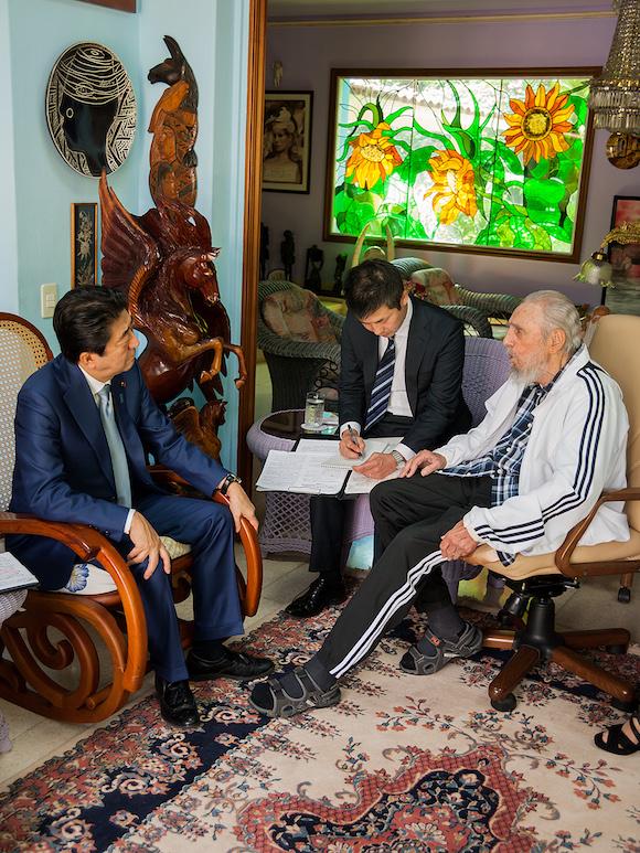 El Primer Ministro de Japón recordó la visita de Fidel a su país y su significación en el fortalecimiento de la amistad entre los pueblos nipón y cubano. Foto: Alex Castro