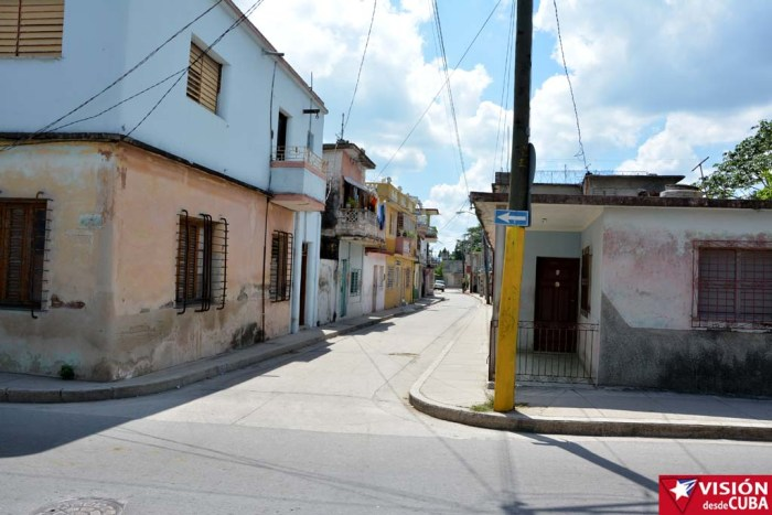 Esta es la calle que muchos identifican como la más estrecha de la ciudad, se trata de José Antonio Cardet, entre Cables y Angel Guerra. VDC FOTO/Luis Ernesto Ruiz Martínez.